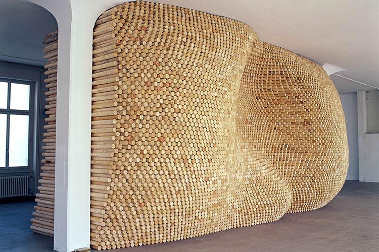 """""""Holzschlichten""""; 2000; 7200 Rundhölzer (7200 woodsticks); je 7 x 200 cm (3"""" x 79"""" each); 402 x 804 x 360 cm (158"""" x 317"""" x 142""""); Kunsthalle Wil, Schweiz"""